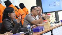 Karopenmas Divhumas Mabes Polri, Brigjen Pol Dedi Prasetyo (tengah) saat rilis penyelundupan benih lobster di Gedung Bareskrim Mabes Polri, Jakarta, Selasa (13/8/2019). Polisi mengungkap penyelundupan 57.058 ekor benur jenis pasir dan jenis mutiara 203 ekor. (Liputan6.com/Helmi Fithriansyah)