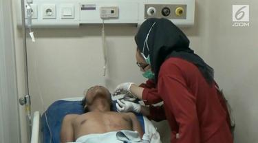 Dua orang pedagang mainan di Tangerang berduel hingga salah satunya terluka para. Perkelahian dipicu karena balon pecah.
