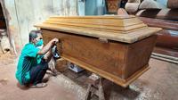 Pembuatan peti jenazah di Surabaya. (Dian Kurniawan/Liputan6.com)