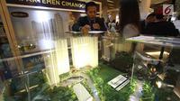 Seorang karyawan melayani pengunjung dalam acara Festival Properti Indonesia di Jakarta, Selasa (14/11). Melalui event ini, Bank Mandiri menargetkan dapat membukukan pencairan KPR hingga Rp55 miliar. (Liputan6.com/Angga Yuniar)