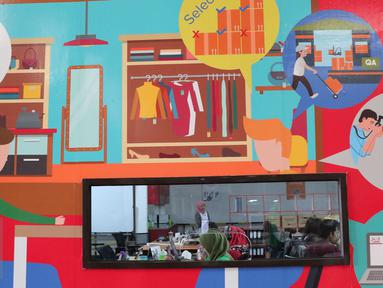 Aktivitas pekerja di gudang Mataharimall.com di Jakarta, Rabu (20/1/2016). Pemerintah melalui Kementerian Koordinator Bidang Perekonomian akhirnya menetapkan perihal road map e-Commerce. (Liputan6.com/Angga Yuniar)