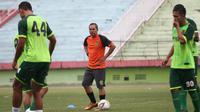 Asisten pelatih baru Persebaya Surabaya, Mustaqim. (Bola.com/Aditya Wany)