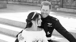 Foto pernikahan Pangeran Harry dan Meghan Markle di East Terrace, Windsor Castle, Inggris yang dirilis 21 Mei 2018. Foto portrait Harry dan Meghan diambil dengan konsep hitam-putih untuk menambah kesan romantis. (Alexi Lubomirski/Kensington Palace via AP)