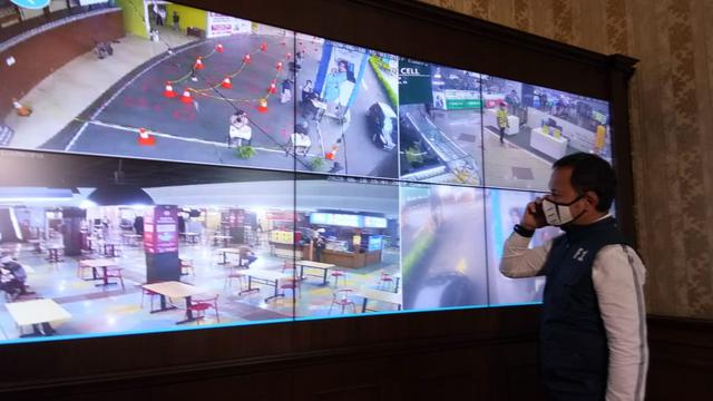 Wali Kota Bogor Bima Arya memantau operasional mal yang telah beroperasi melalui CCTV. (Liputan6.com/Achmad Sudarno)