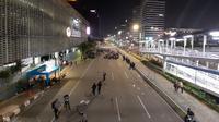 Jalan MH Thamrin di depan Kantor Bawaslu, Jakarta Pusat yang sudah terlihat lengang ditinggalkan demonstran, Selasa (21/5/2019) malam. (Merdeka.com/Hari Ariyanti)