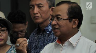 Sekjen Partai Berkarya Priyo Budi Santoso memberi keterangan usai melakukan pertemuan tertutup dengan komisioner KPU, Jakarta, Rabu (17/10). Pertemuan membahas tentang kondisi jumlah DPT pada Pemilu 2019 yang masih janggal. (Merdeka.com/Iqbal S Nugroho)