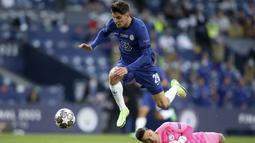 Penyerang Chelsea, Kai Havertz, mencetak gol ke gawang Manchester City pada laga final Liga Champions di Stadion Dragao, Minggu (30/5/2021). Chelsea sementara unggul 1-0 di babak pertama. (Jose Coelho/Pool via AP)