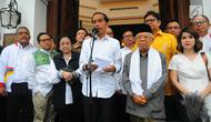 Calon Presiden dan Wakil Presiden nomor urut 01 Joko Widodo-Ma'ruf Amin didampingi sejumlah pimpinan partai politik pendukung memberikan keterangan pers usai menggelar pertemuan tertutup di Plataran Menteng, Jakarta, Kamis (18/4). (Liputan6.com/Angga Yuniar)