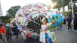 Sejumlah aktivis lingkungan mengarak monster plastik saat pawai 'Bebas Plastik' di kawasan MH Thamrin menuju Taman Aspirasi Monas, Jakarta, Minggu (21/7/2019). Pawai ditujukan sebagai kampanye tentang bahaya kantong plastik bagi ekosistem baik di laut maupun di darat (Liputan6.com/Immanuel Antonius)