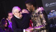 """Sang """"raja"""" Marvel, Stan Lee dan Chadwick Boseman pun telihat bahagia ketika berada di premier Black Panther. (VALERIE MACON / AFP)"""