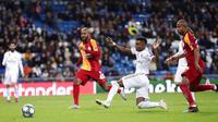 Striker Real Madrid, Rodrygo, melepaskan tendangan ke gawang Galatasaray pada laga Liga Champions di Stadion Santiago Bernabeu, Rabu (6/11). Real Madrid menang 6-0 atas Galatasaray. (AP/Manu Fernandez)