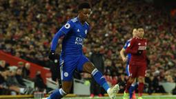 Aksi gelandang Leicester City, Demarai Gray pada laga lanjutan Premier League yang berlangsung di stadion Anfield, Liverpool, Kamis (31/1). Liverpool imbang 1-1 kontra Leicester City. (AFP/Paul Ellis)