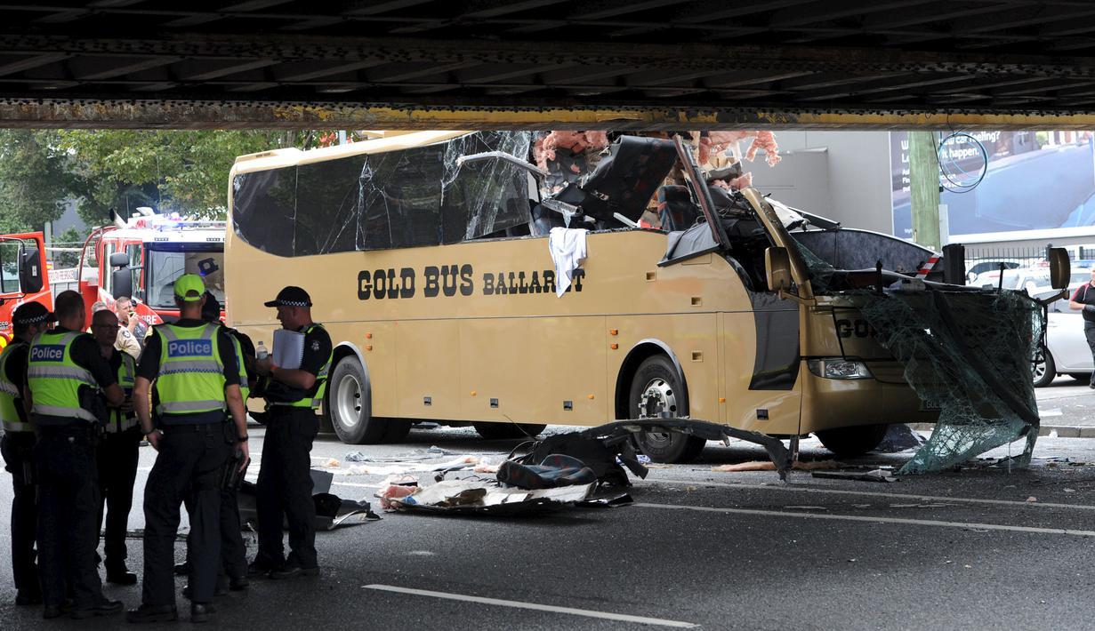 Sebuah bus terlihat menabrak kolong jembatan kereta di Montague, South Melbourne, Australia (22/2). Bus wisata yang membawa 19 penumpang tersebut menabrak pembatas kolong jembatan yang memiliki tinggi 10 kaki (3 meter). (REUTERS/Mal Fairclough)