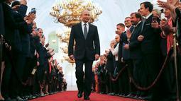 Undangan bertepuk tangan saat Vladimir Putin akan dilantik sebagai presiden baru Rusia di Kremlin, Moskow, Rusia, Senin (7/5). Putin kembali menjadi Presiden Rusia setelah memenangkan 77 persen suara dalam pemilu. (AP Photo/Alexander Zemlianichenko, Pool)