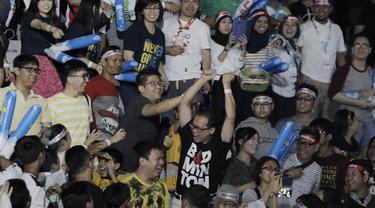 Seorang fans mendapatkan raket milik Kevin Sanjaya usai menjuarai Blilbli Indonesia Open 2018 di Istora Senayan, Minggu, (8/7/2018). Indonesia memborong dua gelar melalui Kevin/Marcus dan Tontowi Ahmad/Liliyana Natsir. (Bola.com/M Iqbal Ichsan)
