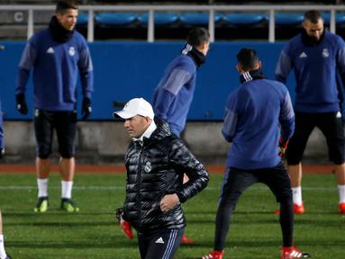 Pelatih Real Madrid, Zinedine Zidane melihat para pemainnya berlatih jelang Final Piala Dunia Antar Klub di Yokohama, Jepang  (17/12). Real Madrid akan berhadapan dengan Kashima Antlers asal Jepang. (REUTERS / Toru Hanai)