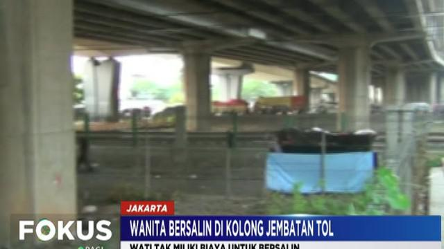 Tak miliki biaya bersalin, seorang wanita tunawisma lahirkan anak di kolong Jembatan Tol Rawa Buaya, Cengkareng.