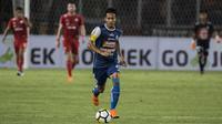 Gelandang Arema FC, Dendi Santoso, menggiring bola saat melawan Persija Jakarta pada laga Liga 1 di SUGBK, Jakarta, Sabtu (31/3/2018). Persija menang 3-1 atas Arema FC. (Bola.com/Vitalis Yogi Trisna)