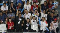 Sekretaris Kabinet, Pramono Anung (kedua kiri) bersama sejumlah menteri kabinet kerja meluapkan ekspresi saat menyaksikan final bulu tangkis putra perseorangan Asian Games 2018 di Istora GBK, Jakarta, Selasa (28/8). (Liputan6.com/Helmi Fithriansyah)