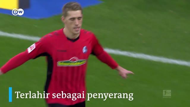 """Berita video beberapa fakta ketajaman striker Freiburg, Nils Petersen, yang mungkin bisa menjadi """"jawaban"""" untuk Timnas Jerman. Seberapa spesial Nils Petersen?"""