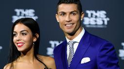Bintang Real Madrid, Cristiano Ronaldo menghadiri acara penghargaan Best FIFA Football Awards di Zurich, Senin (9/1). Menghadiri acara ini, Ronaldo mengajak serta putranya Cristiano Jr dan kekasih barunya, Georgina Rodriguez (Ennio Leanza/Keystone via AP)