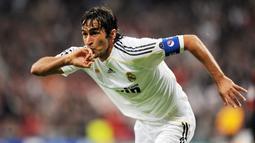 1. Raul Gonzalez - Pria asal Spanyol ini adalah jebolan akademi di Atletico Madrid. Sempat menjadi anak gawang di Los Rojiblancos ia malah mengukir sukses dan menjadi legenda di klub rival Real Madrid. (AFP/Javier Soriano)