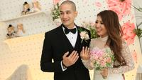 Seperti yang dilansir dari Liputan6.com, ekspresi bahagia Okan dan Lee semakin terpancar ketika Pendeta sudah menyatakan keduanya telah resmi menjadi pasangan suami istri. (Nurwahyunan/Bintang.com)
