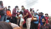 Kunjungan Mensos Risma sekaligus memberikan bantuan karena dia ingin memastikan tidak ada warga terdampak banjir bandang Bima yang kesulitan makan dan beristirahat. (Liputan6.com/Miftahul Yani)