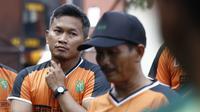 Pelatih Persebaya Surabaya, Djadjang Nurdjaman (kanan) dan pelatih fisik Rudy Eka Priyambada. (Bola.com/Aditya Wany)