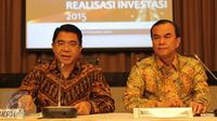 Kepala BKPM, Franky Sibarani (kiri) dan Deputi Bidang Pengendalian Pelaksanaan Penanaman Modal BKPM, Azhar Lubis memberikan keterangan pers terkait hasil pencapaian investasi 2015 di Gedung BKPM, Jakarta, Kamis (21/1/2016). (Liputan6.com/Angga Yuniar)