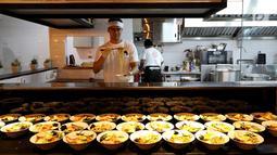 Seorang chef membuat mi ramen khas Jepang di rumah makan Yoisho Ramen, Jakarta Selatan. Masakan khas Jepang mengembangkan resep kuno dengan bahan lokal. (Liputan6.com/Fery Pradolo)