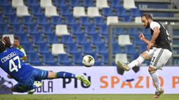Striker Juventus, Gonzalo Higuain, mencetak gol ke gawang Sassuolo pada laga Serie A di Stadion Mapei, Rabu (15/7/2020). Kedua tim bermain imbang 3-3. (Massimo Paolone/LaPresse via AP)