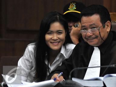 Terdakwa pembunuhan Mirna Salihin, Jessica Kumala Wongso saat menjalani sidang lanjutan di PN Jakarta Pusat, Senin (15/8). Sidang tersebut dengan agenda pendengaran Saksi ahli psikologi klinis Antonia Ratih Handayani. (Liputan6.com/Johan Tallo)
