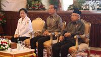 Presiden Joko Widodo (tengah) bersama Wakil Presiden Ma'ruf Amin (kanan) dan Ketua Dewan Pengarah BPIP Megawati Soekarnoputri (kiri) saat Presidential Lecture Internalisasi dan Pembumian Pancasila di Istana Negara, Jakarta, Selasa (3/12/2019). (Liputan6.com/Angga Yuniar)