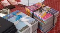 Sejumalah paketan CD pembelajaran secara daring yang berhasil dikumpulkan sebagai barang bukti dugaan jual beli paksa paketan tersebut di Kemenag Tasikmalaya, Jawa Barat. (Liputan6.com/Jayadi Supriadin)