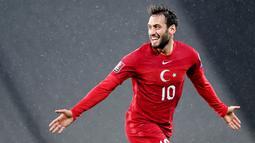Hakan Calhanoglu - Tampil gemilang dan membawa AC Milan finis di posisi kedua Serie A membuatnya menjadi sosok yang diandalkan di Timnas Turki. Selain cakap dalam membangun serangan, Calhanoglu juga handal dalam eksekusi bola mati. (AFP/Ozan Kose)