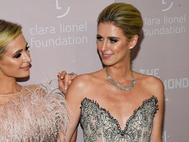 Model dan sosialita Paris Hilton (kiri) bersama adiknya, Nicky Hilton Rothschild saat menghadiri Diamond Ball ke-4 di Cipriani Wall Street, New York, AS, Kamis (13/9). Keduanya tampil cantik dalam acara amal tersebut. (Photo by Evan Agostini/Invision/AP)