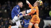 Tendangan melayang pemain Everton, Wayne Rooney (kiri) saat diadang kiper Leicester City pada lanjutan Premier League pekan ke-25 di Goodison Park, Liverpool (1/2/2018). Everton menang 2-0. (Nick Potts/PA via AP)