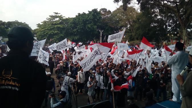 Ribuan massa menolak pembakaran bendera HTI di Garut (Liputan6.com/Jayadi Supriadin)#source%3Dgooglier%2Ecom#https%3A%2F%2Fgooglier%2Ecom%2Fpage%2F%2F10000