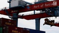 Aktivitas pekerja di Terminal Pelabuhan Pontianak, Kalimantan Barat, Rabu (11/4). PT Pelindo II (Persero) hari ini mencanangkan pembangunan Pelabuhan Terminal Tanjung Pura (Terminal Kijing). (Liputan6.com/Johan Tallo)