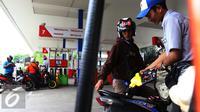 Petugas mengisi BBM kendaraan konsumen di SPBU, Jakarta, Kamis (5/1). Penetapan harga BBM Umum jenis Pertamax, Pertamax Plus, Pertamax Turbo, Pertamina Dex, Dexlite dan Pertalite merupakan kebijakan korporasi Pertamina. (Liputan6.com/Angga Yuniar)