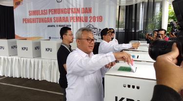 KPU RI menggelar simulasi pemungutan dan penghitungan suara Pemilu 2019 di TPS 33 yang berada di halaman Gedung KPU RI, Menteng, Jakarta Pusat. (Liputan6.com/Delvira Hutabarat)
