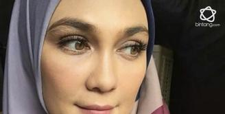 Menutup aurat dengan hijab ternyata membuat Luna Maya kian cantik.