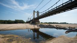 Suasana Sungai Loire di Montjean-sur-Loire yang kekeringan di Prancis barat (24/7/2019). Gelombang panas tengah melanda sebagian besar Eropa termasuk Prancis yang akan mencetak rekor suhu terbaru di beberapa negara. (AFP Photo/Loic Venance)