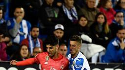 Gelandang Real Madrid, Marco Asensio berebut bola dengan gelandang Leganes, Ruben Perez dalam lanjutan La Liga 2018-2019 di Estadio Municipal Butarque, Senin (15/4). Real Madrid hanya mampu meraih hasil imbang 1-1 saat bertandang ke markas Leganes. (PIERRE-PHILIPPE MARCOU / AFP)