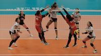 Timnas voli putri Indonesia (merah) gagal menghadang Thailand pada final SEA Games 2017, Minggu (27/8/2017). Timnas tumbang 0-3. (Liputan6.com/Faizal Fanani)