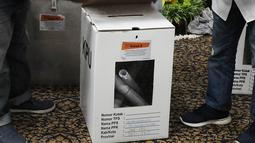 Panitia membuka gembok kotak suara saat proses rekapitulasi penghitungan suara Pemilu 2019 tingkat Kota Jakarta Selatan di Hotel Maharaja, Jakarta, Selasa (7/5/2019). Hingga saat ini, panitia telah meyelesaikan penghitungan di lima dari 10 kecamatan. (Liputan6.com/Herman Zakharia)