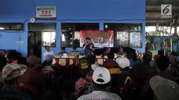 Kasubdit Binmas Air Korpolairud Baharkam Polri Kombes Oka Eswara memberikan sambutan saat deklarasi nelayan menolak hoax di Tempat Pelelangan Ikan (TPI) Cilincing, Jakarta Utara, Kamis (15/3). (Merdeka.com/Iqbal S. Nugroho)