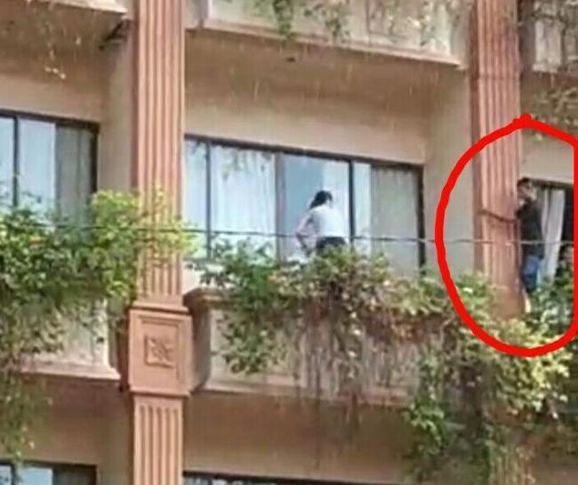 Detik-detik saat WNA Tiongkok terjatuh dari lantai dua Goodway Hotel Batam (Foto: Batamnews)