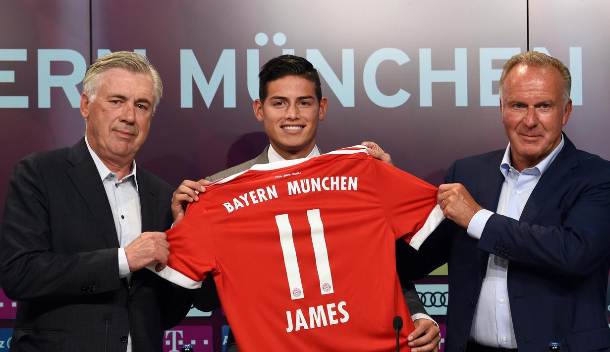 Gelandang baru Bayern Munchen, James Rodriguez foto bersama dengan direktur Karl-Heinz Rummenigge dan pelatih Bayern Munchen Carlo Ancelotti saat konferensi pers di Munchen, (12/7). (AFP Photo/Christof Stache)